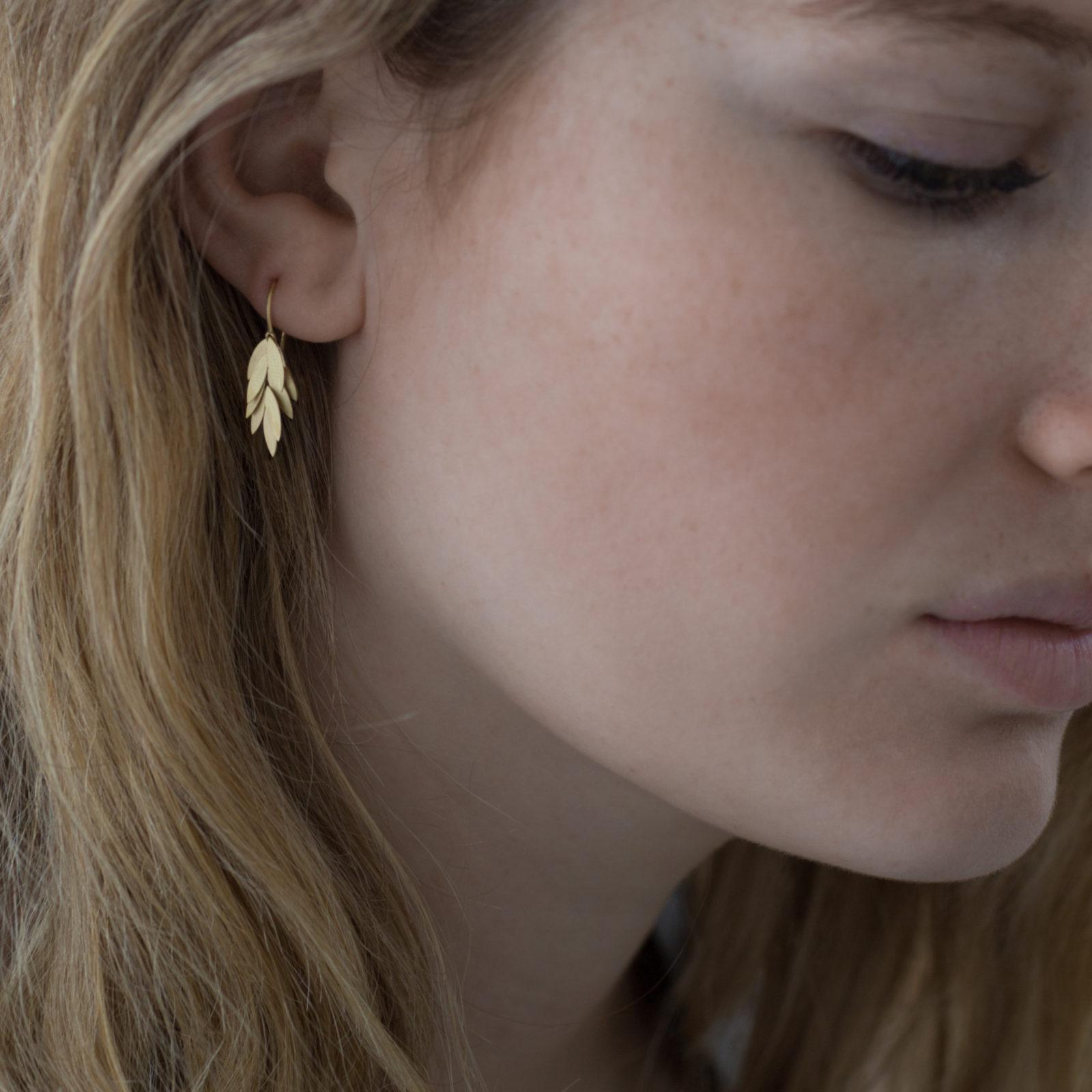 Sia Taylor KE23 Y Small Golden Leaf Earring M2