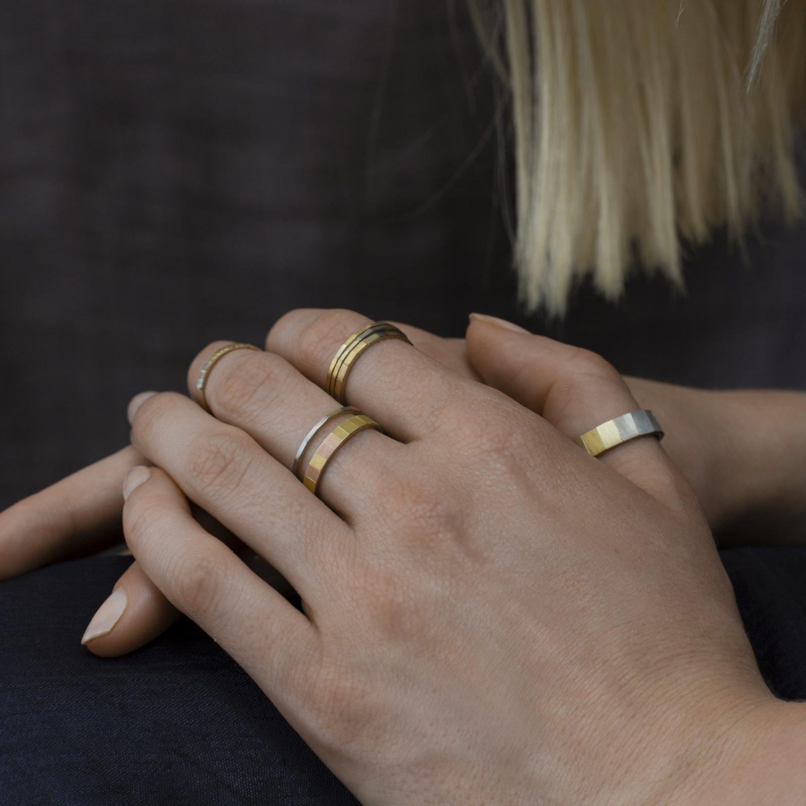 Sia Taylor KR10 ARAIN Rainbow Gold Faceted Band M